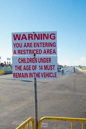 WOODBURN, OF - 27 SEPTEMBER 2015: Tekenwaarschuwing van gevaar dichtbij de startlijn bij de NHRA 30ste Jaarlijkse Fall Klassiek bij de Woodburn Dragstrip. Redactioneel