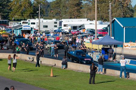WOODBURN, OR - 27 september 2015: De toeschouwers en NHRA ambtenaren kijken naar de startlijn voor een licentie-run op de NHRA 30e jaarlijkse Fall Classic op de Woodburn Dragstrip. Redactioneel