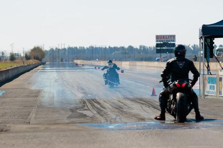 WOODBURN, OR - 27 september 2015: Motorfiets bij de startlijn klaar om te concurreren op de NHRA 30e jaarlijkse Fall Classic op de Woodburn Dragstrip. Redactioneel