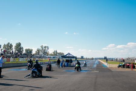 WOODBURN, OR - 27 september 2015: Motorfietsen op de startlijn voor de NHRA 30e jaarlijkse Fall Classic op de Woodburn Dragstrip.