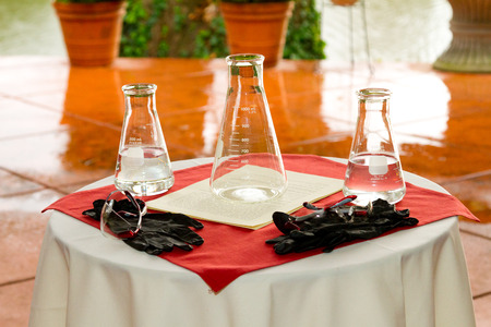Chemicals are mixed together for a wedding day chemistry experiment where the groom is a chemist. 版權商用圖片 - 46520006