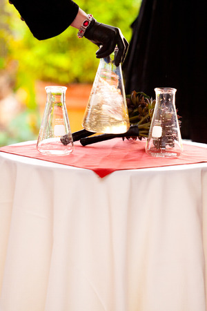 Chemicals are mixed together for a wedding day chemistry experiment where the groom is a chemist. 版權商用圖片 - 46520069