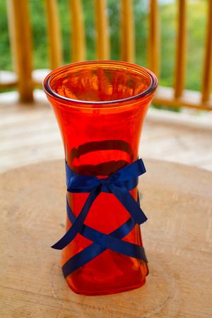 리셉션 야외에서 빨간색 결혼식 꽃병입니다.