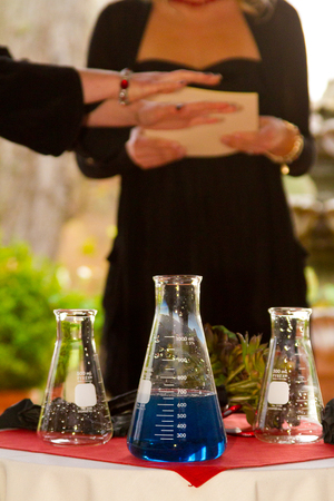 Chemicals are mixed together for a wedding day chemistry experiment where the groom is a chemist. 版權商用圖片 - 46520119