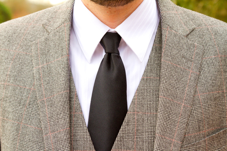 traje formal: traje de día de la boda usado por el novio es tela de tweed a cuadros.