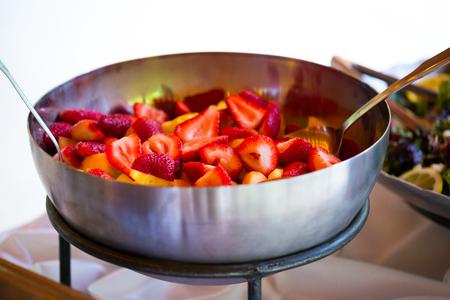 Aardbeien en fruit op een bruiloft receptie. Stockfoto