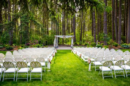 Trouwlocatie in Oregon heeft natuurlijke bomen en prachtige gast plaatsing temidden van hoge bomen.