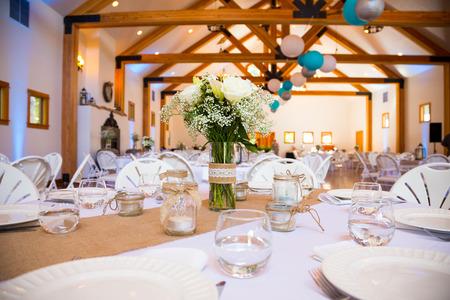 꽃과 장소 설정 결혼식 피로연에서 테이블에 중심. 스톡 콘텐츠