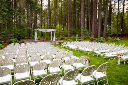 feier: Hochzeitsfeiern in Oregon hat natürliche Bäume und schöne Gästesitz inmitten hohen Bäumen. Lizenzfreie Bilder