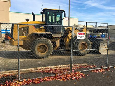 cargador frontal: SPRINGFIELD, OR - 22 de octubre 2015: cargador frontal gato estacionado después de un día de uso en el sitio de actualización de construcción Gateway Mall. Editorial