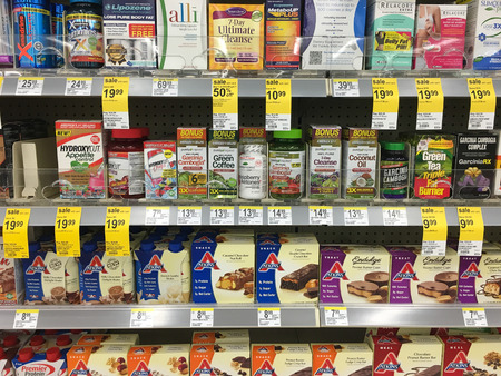 SPRINGFIELD, OR - OCTOBER 22, 2015: Weight loss drugs and dietary supplements in a grocery store. Editoriali