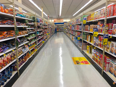 SPRINGFIELD, OR - OCTOBER 22, 2015: Cereal aisle at Fred Meyer with no customers. 新聞圖片