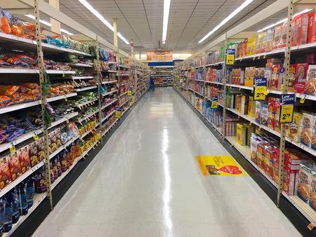 Springfield, Oregón - el 22 de DE OCTUBRE DE, 2015: pasillo de los cereales en Fred Meyer sin clientes. Foto de archivo - 47025094