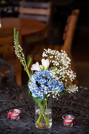 Hochzeitsempfangdekor Von Blauen Und Weißen Blumen An Einer ...