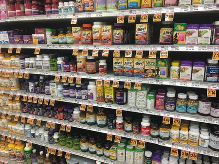 스프링 필드, 또는 -2010 년 10 월 28 일 : 비타민 및 보충제 슈퍼마켓에서 선반에.
