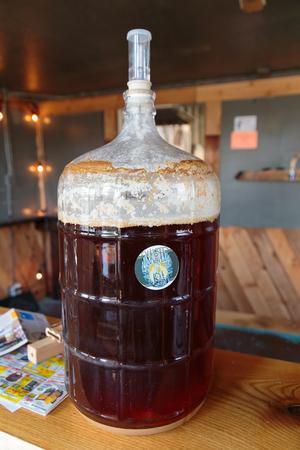 EUGENE, OF - 4 november 2015: Vijf liter homebrew bier gistende bij het opstarten ambachtelijke brouwerij Mancave Brewing.