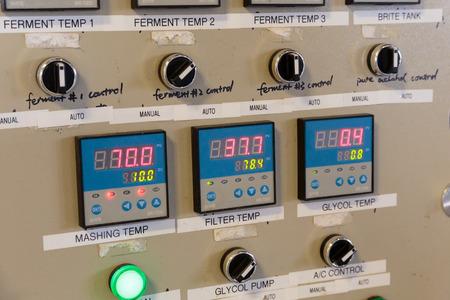EUGENE, OF - 4 november 2015: Elektrisch bedieningspaneel voor temperatuurregeling van vergisters en pureren machines bij het opstarten ambachtelijke brouwerij Mancave Brewing. Redactioneel