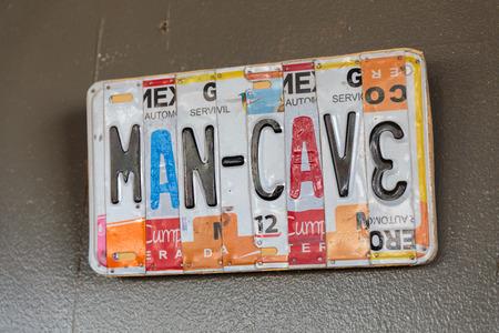 EUGENE, OF - 4 november 2015: Nummerplaat embleemteken bij het opstarten ambachtelijke brouwerij Mancave Brewing.
