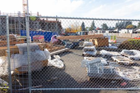 EUGENE, OF - 4 november 2015: Omheind bouwwerf met ruime bouwmaterialen en benodigdheden.