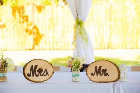 se�ora: Sr. y la Sra indicaciones para la novia y el novio se utiliza para la decoraci�n en esta ceremonia de la boda y la recepci�n Foto de archivo
