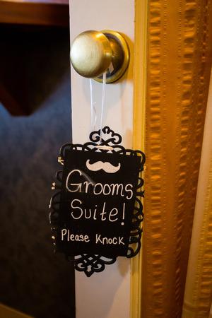 tocar la puerta: La muestra lee la suite del novio por favor llamad colgado en el pomo de la puerta. Foto de archivo