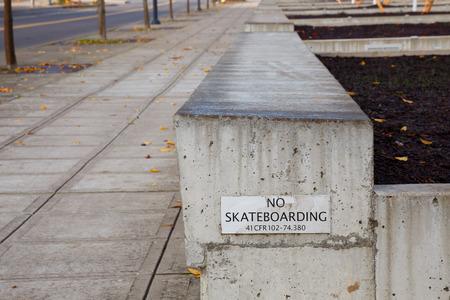 ordenanza: No hay señales de skate fijo a una repisa de concreto para hacer cumplir la ordenanza de la ciudad de los edificios públicos. Editorial