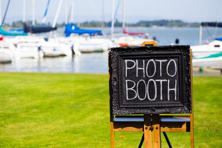 Photobooth에 대 한 자리를 채려는 결혼식 피로연에서 흰색 분필로 검은 칠판 로그인하십시오. 스톡 콘텐츠