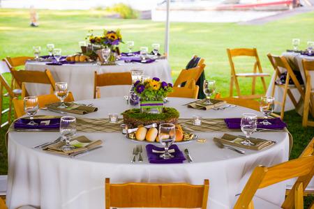 웨딩 리셉션 저녁 텐트 아래 에서이 멋지게 설정된 테이블에서 제공 될. 스톡 콘텐츠