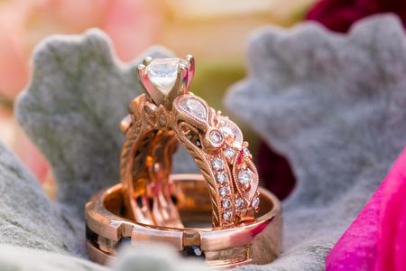 보석 제조 회사가 장미 금으로 만든 신부와 신랑을위한 맞춤식 결혼 반지 스톡 콘텐츠