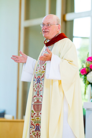 TUALATIN, OR - OCTOBER 4, 2014: Catholic priest in traditional robe speaking to a congregation at Resurrection Catholic Parrish. 版權商用圖片 - 50894326