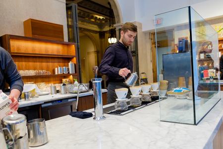 SAN FRANCISCO, CA - 13 december 2015: Blue Bottle Koffiehuis in het financiële district van San Francisco.