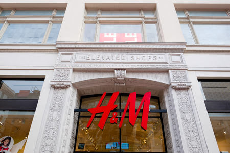 hm: SAN FRANCISCO, CA - DECEMBER 10, 2015: Union Square elevated shops H&M storefront during the Christmas holiday shopping season.