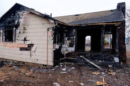 quemado: Casa quemó casi por completo en un gran incendio dejando sólo los restos dañados de esta casa.