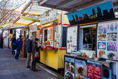inexpensive: PORTLAND, OR - FEBRUARY 2, 2016: Food trucks and carts in downtown PDX offer lunch and other meals for inexpensive prices near major office buildings.
