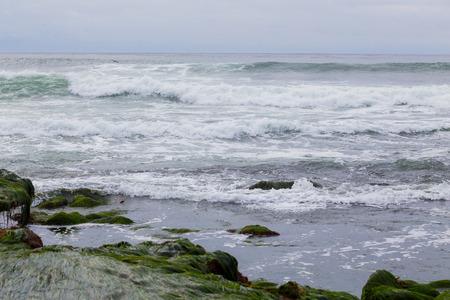 De grosses vagues pendant une houle australe à La Jolla Beach à San Diego en Californie. Banque d'images - 52366060