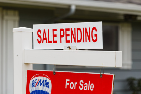 integridad: Springfield, Oregón - 16 de febrero, 2016: ReMax Integridad lista con una señal de venta se encuentra pendiente de que el mercado inmobiliario vuelve a subir y los precios suben.