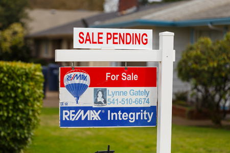 Springfield, Oregón - 16 de febrero, 2016: ReMax Integridad lista con una señal de venta se encuentra pendiente de que el mercado inmobiliario vuelve a subir y los precios suben. Editorial