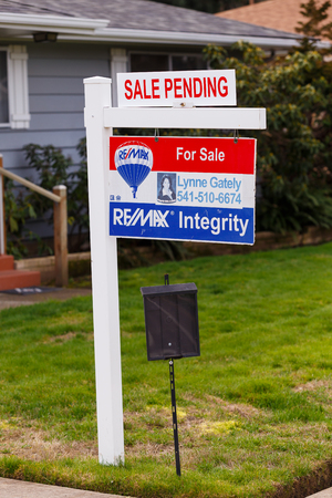 housing prices: SPRINGFIELD, OR - FEBRUARY 16, 2016: ReMax Integrity listing with a for sale sign is now pending as the real estate market picks up again and prices go up.