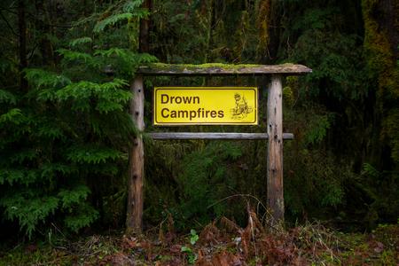 ahogarse: MCKENZIE PUENTE, O - MARZO 5, 2016: Servicio Forestal Nacional firman recordar a los campistas para ahogar fogatas en el camping.