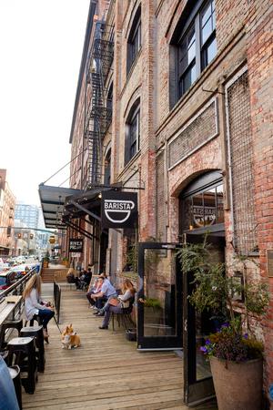 PORTLAND, OF - 27 februari 2016: Barista coffeeshop in de Pearl District van Portland Oregon.