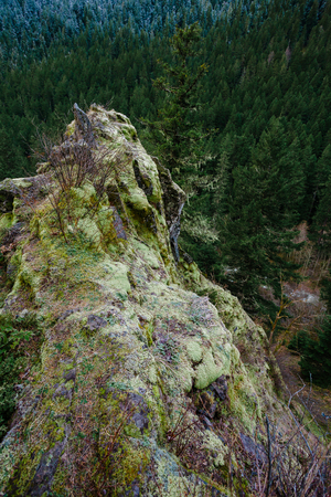 willamette: Large rock outcropping overlooking a 200 foot drop amidst the Willamette National Forest in Oregon. Stock Photo