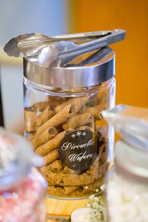 겨울 결혼식 피로연에서 핫 초콜릿과 함께 커피와 디저트 바에서 Pirouette 웨이퍼. 스톡 콘텐츠