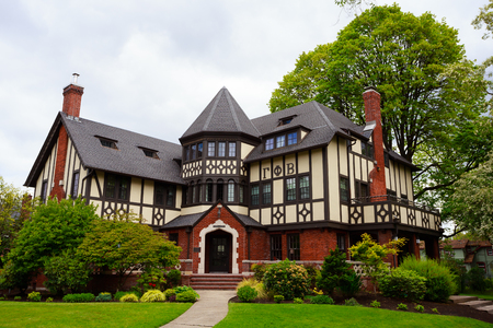 EUGENE, OR - MAY 13, 2015: Large sorority in a mansion on the University of Oregon campus in Eugene. Banco de Imagens - 75696399