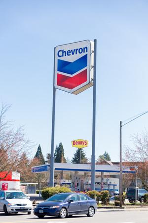 SPRINGFIELD, OR - MARCH 31, 2017: Chevron gas station sign on Gateway in Springfield Oregon. Sajtókép