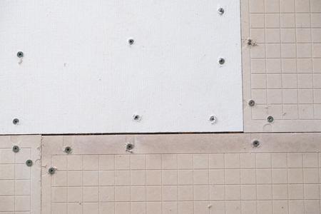 Tegelproject cement steunbord klaar voor de tegelzetter om thinset toe te passen en de tegel neer te leggen tijdens een grote renovatie van het huis. Stockfoto