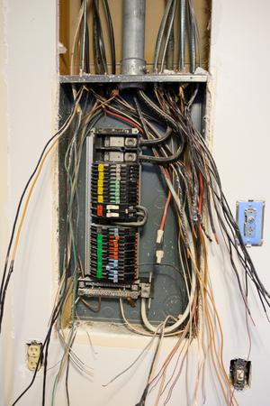 SPRINGFIELD, OF - 23 DECEMBER 2016: Geopend Zinsco-elektrodienstpaneel tijdens een elektrische kringsverandering als deel van een belangrijke huisvernieuwing. Redactioneel