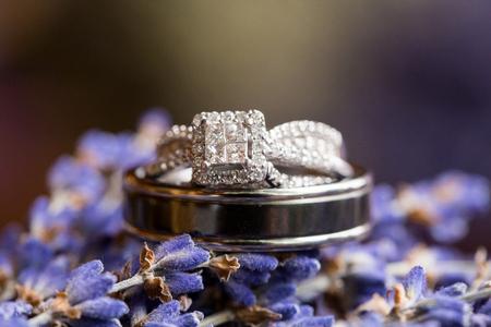 Wedding Rings on Lavendar Flowers Imagens