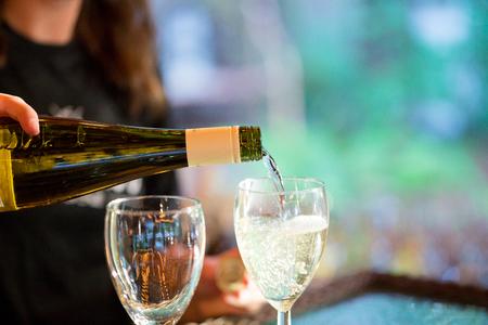 Vintage wijn bij de receptie van het huwelijk