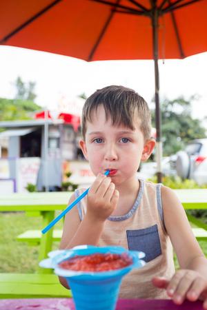 ハワイでかき氷を食べる子供