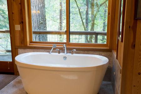 Soaking Bath Tub in Cabin Stockfoto